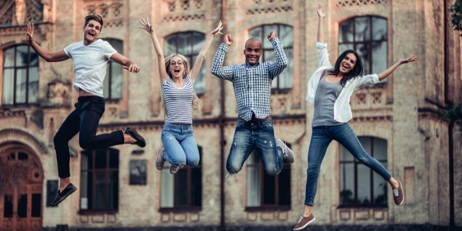 Alumnos Brincando de alegría por estudiar ingles y trabajar en NZ
