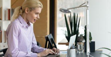 Mujer estudiando y trabajando ingles en NZ